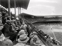 Il pubblico ad una partita di baseball anni 30/40 tutti con cappello
