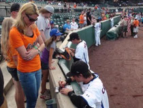 Federico firma un autografo ad una ragazza