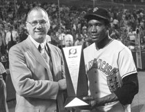 Bobby Bonds riceve dal Commissioner Bowie Kuhn, il trofeo Most Valuable Player alla All Star Game del 1973 (The Associated Press)