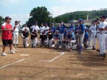 Il Coach Claudio Reilsono della Carnegie Mellon University di Pittsburgh con i ragazzi del Camp. (Italian Dream con le divise bianche)
