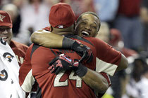 Robinson Cano abbraccia il padre Josè dopo la vittoria dell' Home Run Derby