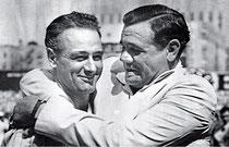 L'abbraccio di Babe Ruth a Lou Gehrig il 4 Luglio del 1939