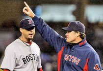 Il Pitching coach dei Boston Red Sox John Farrell chiama il rilievo  sul pitcher Josh Beckett - Foto tratta da @siracuse.com