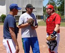 Claudio Cipone vestito da ricevitore assieme a due lanciatori che hanno firmato per i Braves (foto da www.beisbolprofesional.net)