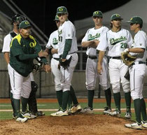 Nella foto di Associated Press il pitching coach di Oregon University George Horton