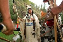 Alcuni indiani Wintu si preparano alla danza