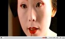 Geiko oder Maiko schminkt sich