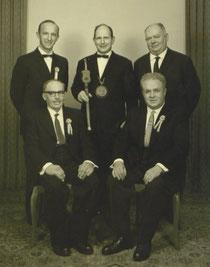 1954 Sitzend von links: Altzunftmeister Wicki Julius, Altzunftmeister Unternährer Karl. Stehend von links; Altzunftmeister Wigger Leo; Zunftmeister Jenny Franz; Altzunftmeister Theiler Josef.