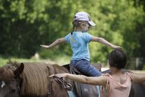 уроки верховой езды для детей; верховая езда; гимнастика на лошади