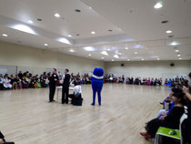 写真は抽選会の様子。広々としたフロアで、たくさんのお客様が踊って賑わいました♪