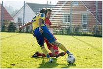 Sebastian Rosczyk setzt sich gekonnt gegen seinen Gegenspieler durch (Bild: fupa.net)