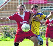 Argentals Marian Rundel im Duell um den Ball (Quelle: suedkurier.de)