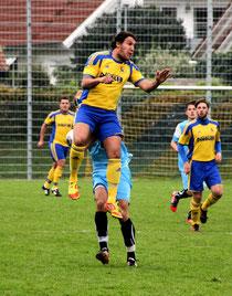 Gianluca Zamarco gewinnt das Kopfballduell (Quelle: szon)