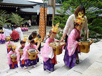 拝殿へ向かう園児たち