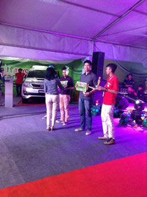Mr Yudi mewakili Yenny menerima penghargaan Juara 1 Toyota MC Hunt 2014