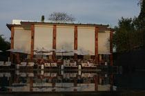 Blick über den Pool zum Restaurant