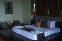 Bett ohne Lattenrost auf Holzpodest
