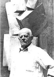Rudolf Wachter vor einer seiner Skulpturen