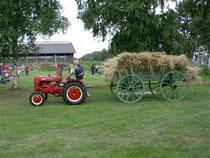 Heinrich Fröhlking mit seinen Enkeln auf dem Erntewagen