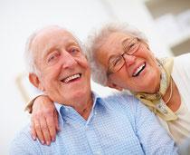 """Auch mit den """"Dritten"""" lässt sich das Leben genießen! Zahnimplantate Weiden(© Yuri Arcurs - Fotolia.com)"""