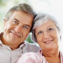 Hohe Lebensqualität mit gut sitzenden Zahnprothesen durch Zahnimplantate (© Yuri Arcurs - Fotolia. com)