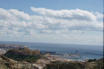 Almeria mit Hafen im Hintergrund