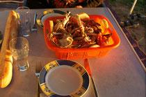 zwei Krabben Essfertig über den Zaun gereicht
