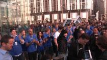 Apple Storeに集まる人々。