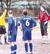 Die Sulzbacher Andreas Etsch (links) und Alain D'Asseler können es nicht fassen. Der Schiedsrichter zeigt Torwart Sven Heuser die gelb-rote Karte. Bild: Gutschalk