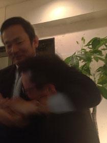 西村さんにプロレスの技をかけられる高橋さん(笑) NPO法人ベジカルチャーネットワークの理事さんです