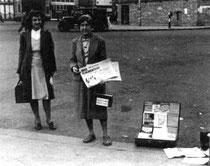 Lilian Wolfe, amb Marie-Louise Berneri a la seva dreta, venen premsa anarquista pels carrers (Londres, 1945).
