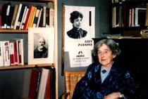 Lilian Wolfe entre el retrat del seu company Tom Kell i Lucy Parsons al CIRA de Lausana (1967) [CIRA-Lausana]