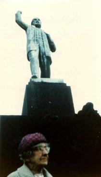 Lilian Wolfe davant el monument a Ferdinand Domela Nieuwenhuis (Amsterdam, ca. 1967) [CIRA-Lausana]