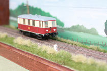 Vitrine mit eingleisiger H0-Bahnstrecke