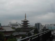 梅雨空の浅草寺