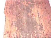 Holzfussboden mit alter, abgenutzer Versiegelung schleifen
