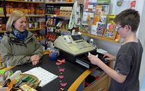 Umgang mit Kunden wird zusammen mit erfahrenen Ladendienstmitarbeitern eingeübt