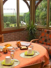 Servi en été dans la véranda, petit déjeuner savoureux avec vue sur le jardin