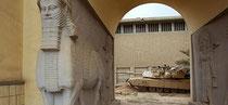 Un tanque americano patrullando cerca del museo Nacional de Irak. / Reuters