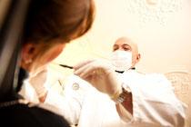 Zahnarzt Behandlung eines Patienten | SOS Zahnärzte