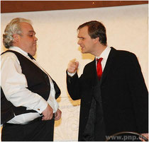 Der Portier im Gespräch mit dem Hotelchef: Gerhard Hutterer alias Karak (l.) und Martin Eichlseder als Heinz.
