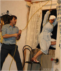 Auf der Flucht vor dem Ehemann lässt sich Helga (Marion Günzel) von Stanley (Christian Fischer) aus dem Fenster hieven.