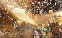 Missglückter Anzapf-Versuch: Das Bier spritzte auf der Bühne der Stadthalle in einer riesigen Fontäne aus dem Fass.