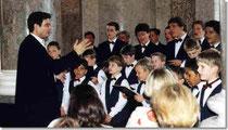 Der Wiesbadener Knabenchor beim Festempfang in der Rotunde des Biebricher Schlosses 2000