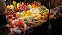 屋台に並んだ色とりどりの果物