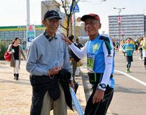 30キロ過ぎの沿道で応援する弟の早苗さん(左)に声を掛ける中村克郎さん