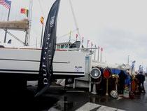Entre les bateaux, sous les bourrasques, heureusement la tente du brocanteur de marine était accueillante