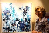 """Die bildende Künstlerin Annette Palder vor ihrem Werk viel beachtetem """"BlauZeit"""". Abstrakte Acryl-Malerie mit Collage."""