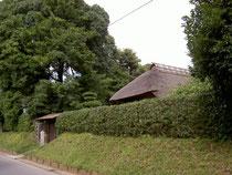 旧河原家正面の土塁と生垣