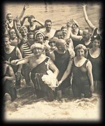 "Foto Badegesellschaft um 1900 zu ""Ja, ja am Strande"""